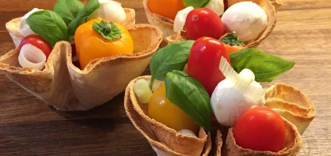 tortilla kurv med tomatsalat