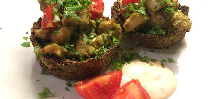 Broccoli skåle med pesto kylling og yoghurt dressing