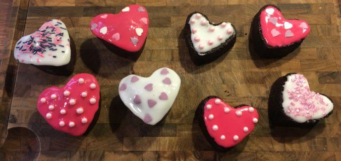 Chokoladekage hjerter med glasur og pynt
