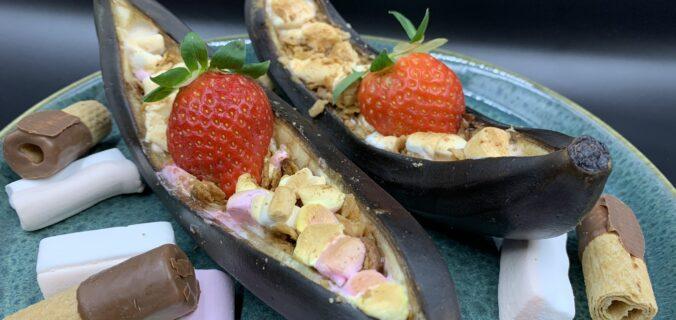 Grillede bananer med skumfiduser og hasselnødde crunch