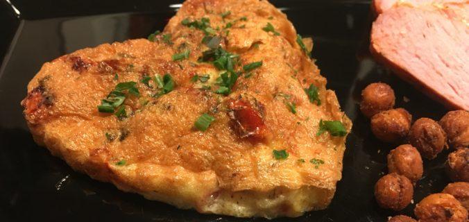 Bagte mini tærter med tomater i æg, parmesan og krydderurter