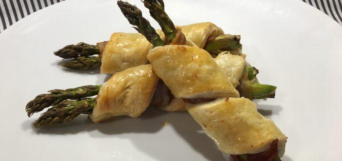 Indbagte friske asparges med bacon