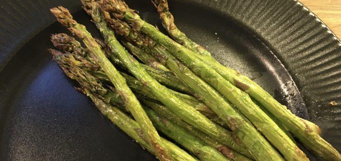 Grillede friske grønne asparges