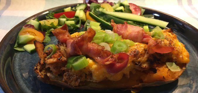 Fyldte søde kartofler med BBQ kylling, baconknuder, cheddar og forårsløg