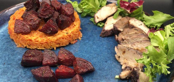 Orange ris medaljer med rødbedetern og blåbær marineret svinemørbrad
