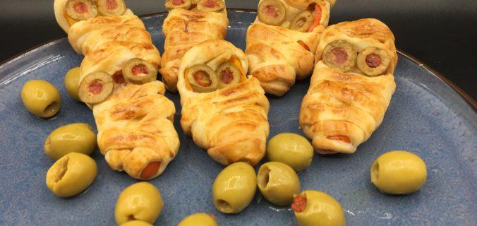 Uhyggelige indbagte peberfrugter med friskost og oliven