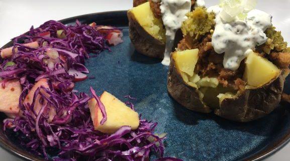 Fyldte kartofler med pulled pork, grøn relish og cremefraiche serveret med spidskålssalat