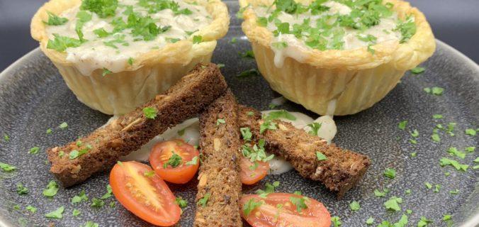 Hjemmelavede tarteletter med høns i asparges serveret med ristede rugbrødsstave