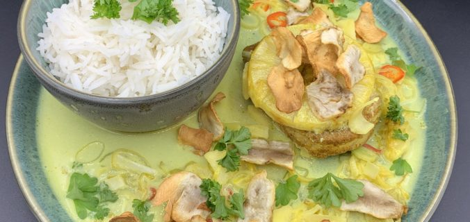 Koteletter i karry med ananas, æble, porrer, chili og jordskokke chips