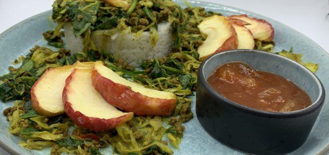 Spidskål i karry med hakket oksekød, spinat, chili, ingefær og æbler