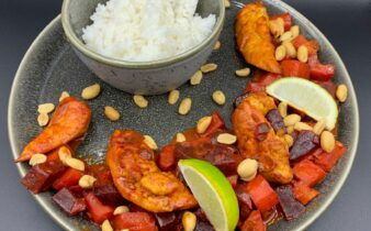 Rodfrugter i kokosmælk med kylling, lime, peanuts og ris