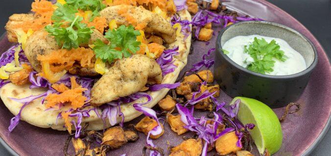 Naanbrød med kylling, sød kartoffel, brændte løg, spidskål, gulerod og cremefraiche dressing