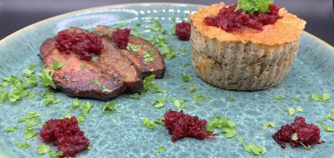 Rugbrøds tarteletter med æggekage, stegt flæsk, revet rødbede og persille