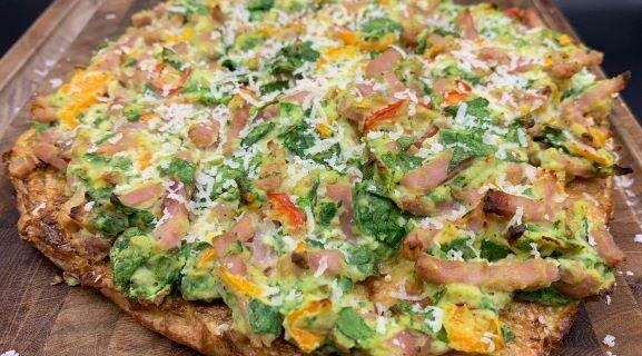 Blomkåls pizzabund med ricotta, skinke, peberfrugt og spinat fyld