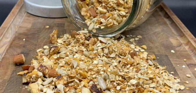Hjemmelavet granola – honningristet müsli med havre, nødder, frø og kerner