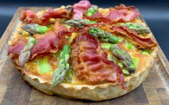 Tærte med grønne asparges, hytteost og parmesan serveret med bacon og tomater