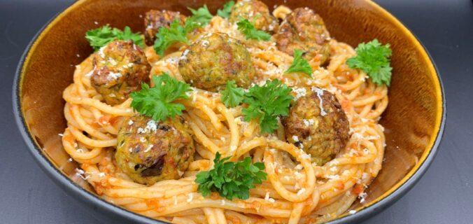 Spaghetti i pesto med små kylling kødboller med gulerødder, persille og hvidløg