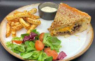 Kæmpe familieburger med hjemmelavet sauce à la Big Mac