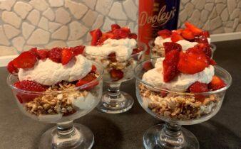 Sommerdessert med jordbær, honningristede nødder og Dooley´s skum