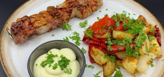 BBQ ko og gris på grillspyd med kartofler, peberfrugt og kold bearnaise dressing