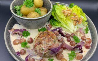 Karbonader i vindrueflødesauce med estragon og rosmarin samt nye kartofler og hjertesalat med valnødder