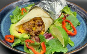Burritos med hakket oksekød, kidney bønner, majs, ris, salsa og cheddar