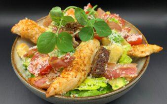 Cæsar salat deluxe med kylling, bacon, avokado, hjertesalat, parmesan og hjemmelavet brødcrouton mix