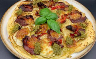 Pizza med artiskokcreme, pære, røget mørbrad, grøn pesto og peberfrugt