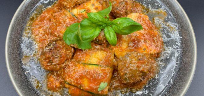 Krydrede oksekødboller med squash ravioli, pastasauce, basilikum og parmesan