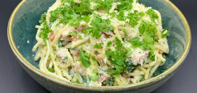 Spaghetti a la carbonara med bacon, spinat og forårsløg (uden æg)