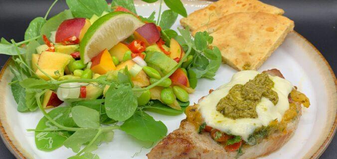 Mozzarella gratinerede koteletter med urter og grillet peberfrugt samt nektarinsalat i rede af ærteskud