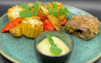 Mini flanksteak ruller med grillede majskolber, kartofler og rød peber