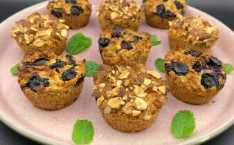 Bagte havregrøds muffins med æble, blåbær og mandler