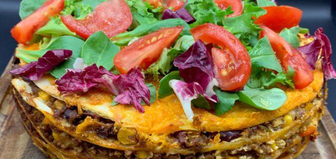 Tortilla lasagne med hakket oksekød, salsa, jalapenos og cheddar