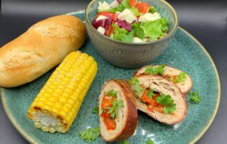 Kylling farsbrød med persille, rød peber, mozzarella og røget skinke samt majskolbe og salat