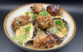 Aubergine, mozzarella og kartoffel tærte med kødboller