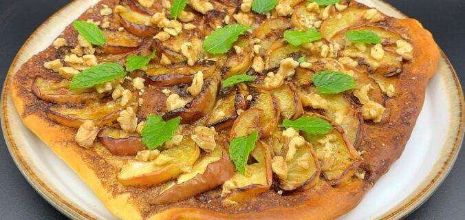 Nem dessert pizza med æbler, kanel, valnødder og mynte