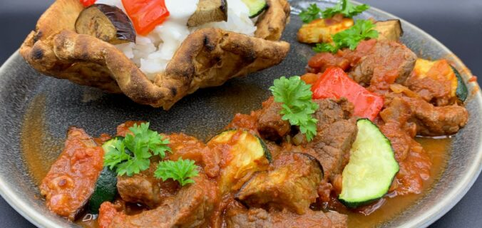 Fladbrøds skåle med steak, ris og grillet grønt