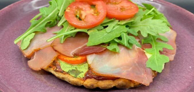 Lynhurtig og nem fladbrøds pizza med spinat, røget skinke, mozzarella og rucola