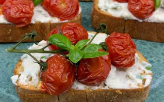 Bruschetta med ricotta creme og bagte tomater