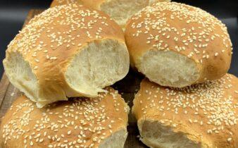 Bløde og luftige burgerboller med sesam