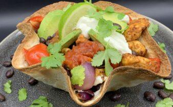 Hjemmelavet tortilla kurv med mexicansk kylling, grønt og sorte bønner