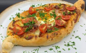 Brunch Peinirli – græsk pizza ubåd med skinke, ost, æg og bacon