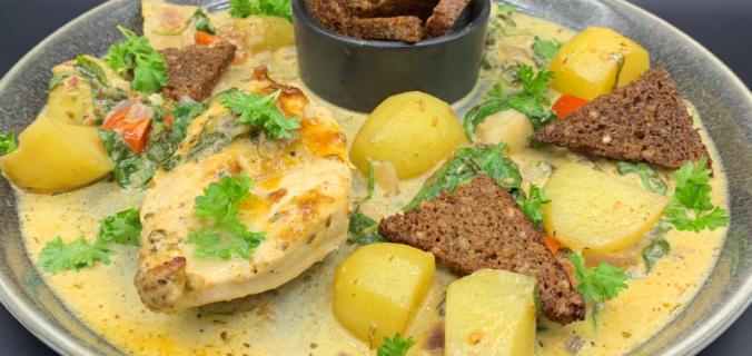 Kylling, kartofler og jordskokker i parmesansauce med spinat, tomat og rugbrødschips