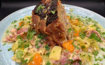 One pot farsbrød med kartofler, gulerødder, porrer og bacon