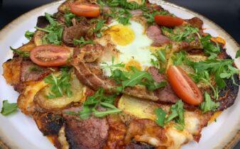 Pizza med røget mørbrad, kartofler, bacon og spejlæg