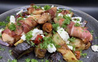 Græsk inspireret kylling med bacon, aubergine, tomat, kartofler og feta