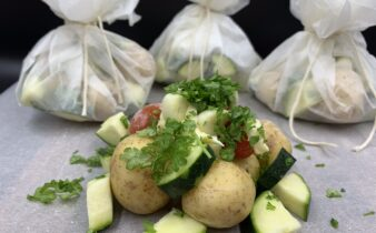 Små kartoffelpakker med squash, tomat, hvidløg og persille