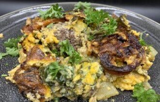 Skjulte hakkebøffer i fad med kartoffeltern, spinat og tomat