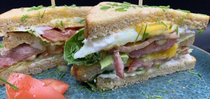 Bacon sandwich med spejlæg, tomat og avokado